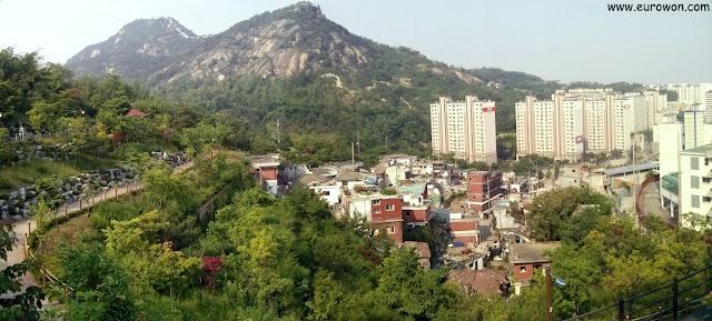 Vista de Inwangsan desde el monte Ansan