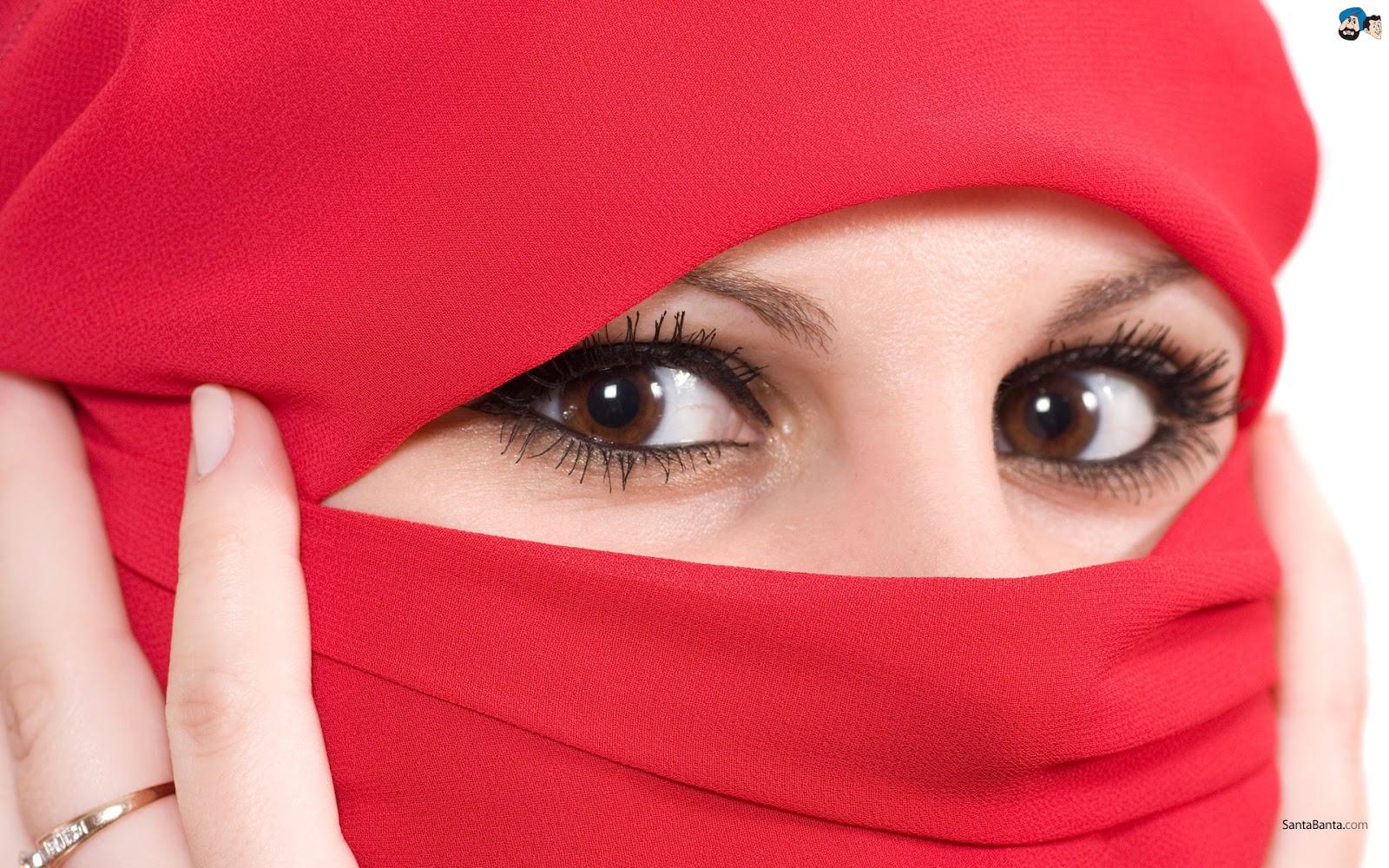 Фото красивой девушки в платке с закрытым лицом