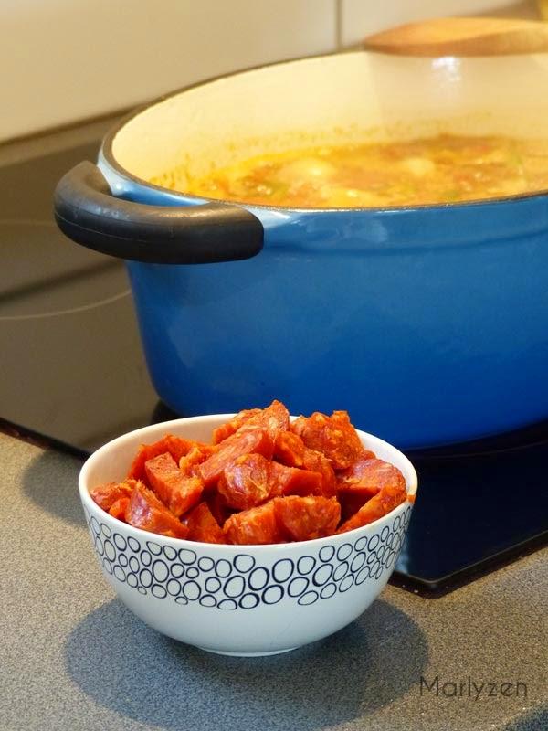Ajoutez le chorizo à la soupe de lentilles.