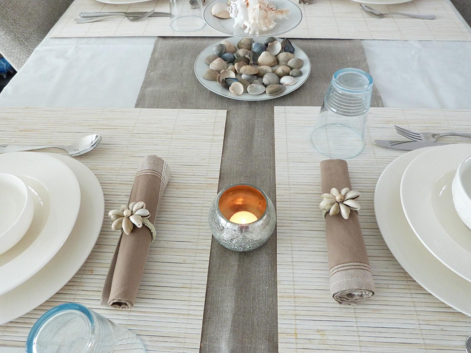 tafel is gedekt voor vier personen en bij elke stoel ligt een houten ...