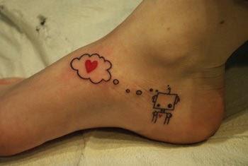 Tatuagens fofas com coração no pé