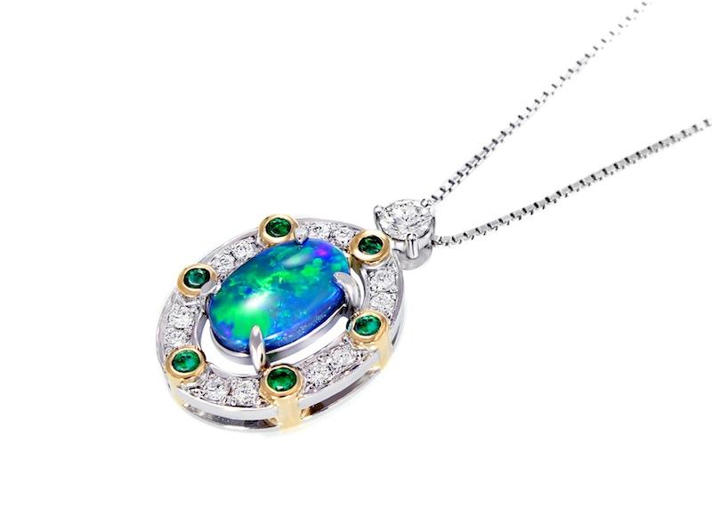 オパール、エメラルド、ダイヤモンドを使ってリスタイルしたペンダントを斜めから撮った写真