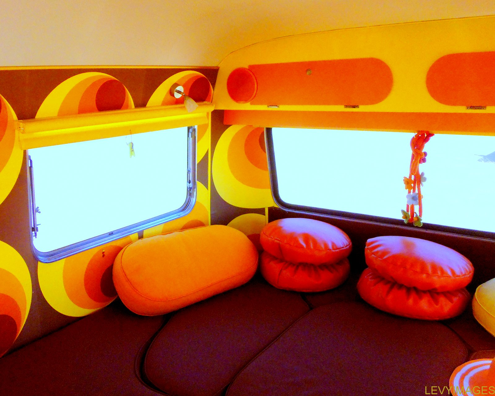 http://4.bp.blogspot.com/-0h8Osc7dSzM/UT0Omwg5qII/AAAAAAAANXY/IYV7De2o0NQ/s1600/bubbles-retro-artdeco-vintage-fibreglass-1972-oxford-concord-new-zealand-caravan-hil-mario-stapper-life-enjoyers-wanaka-freedom-camping-the-flying-tortoise-004.jpg