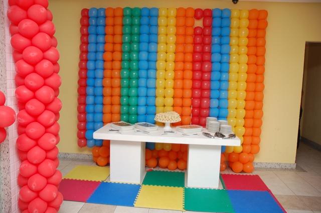 Mesa De Salgados   O Painel De Bolas  Nos Tons Da Festa
