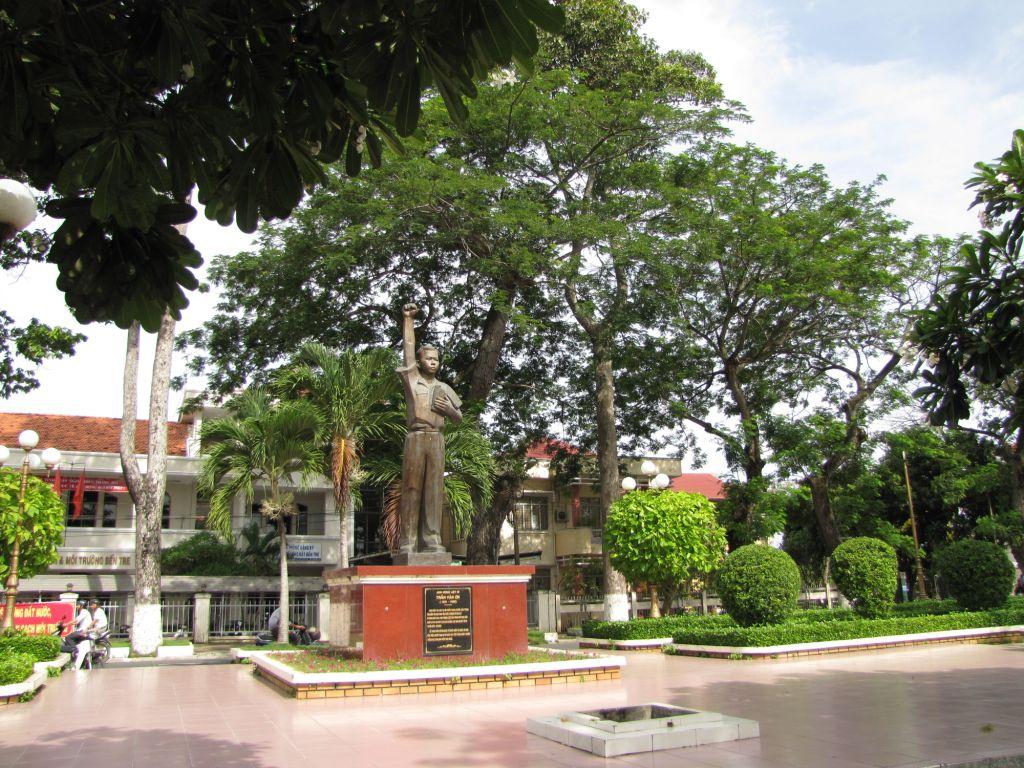 tượng đài Trần Văn Ơn