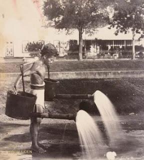 Inilah alasan kenapa banyak Orang Tua menyiram jalanan ketika pagi, siang atau sore hari.