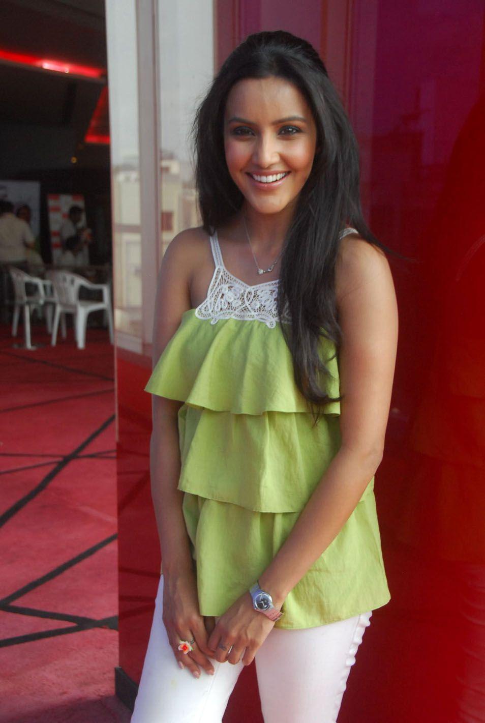http://4.bp.blogspot.com/-0jJppk2ywfk/ThAOe9dx0_I/AAAAAAAAbuQ/51SgWvdH0XQ/s1600/telugu+actress+priya+anand+3.jpg