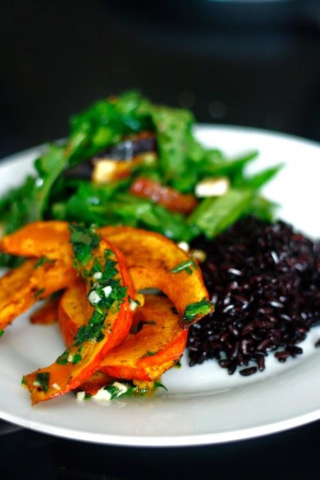 Ofenkürbis mit Rucola-Feigen-Salat und schwarzem Reis