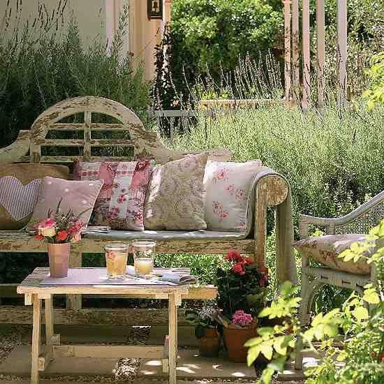 Ławka do ogrodu, meble ogrodowe, drewniana ławka, kwiaty w ogrodzie, aranżacja mebli  w ogrodzie