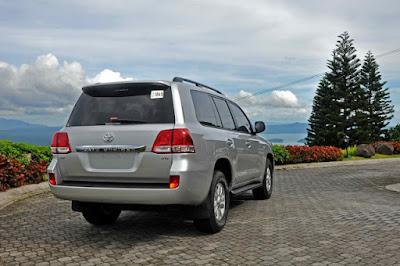 Foto Eksterior Belakang Toyota Land Cruiser VX 200 Indonesia