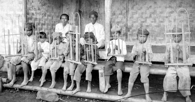 Foto Alat Musik Tradisional Angklung Khas Jawa Barat
