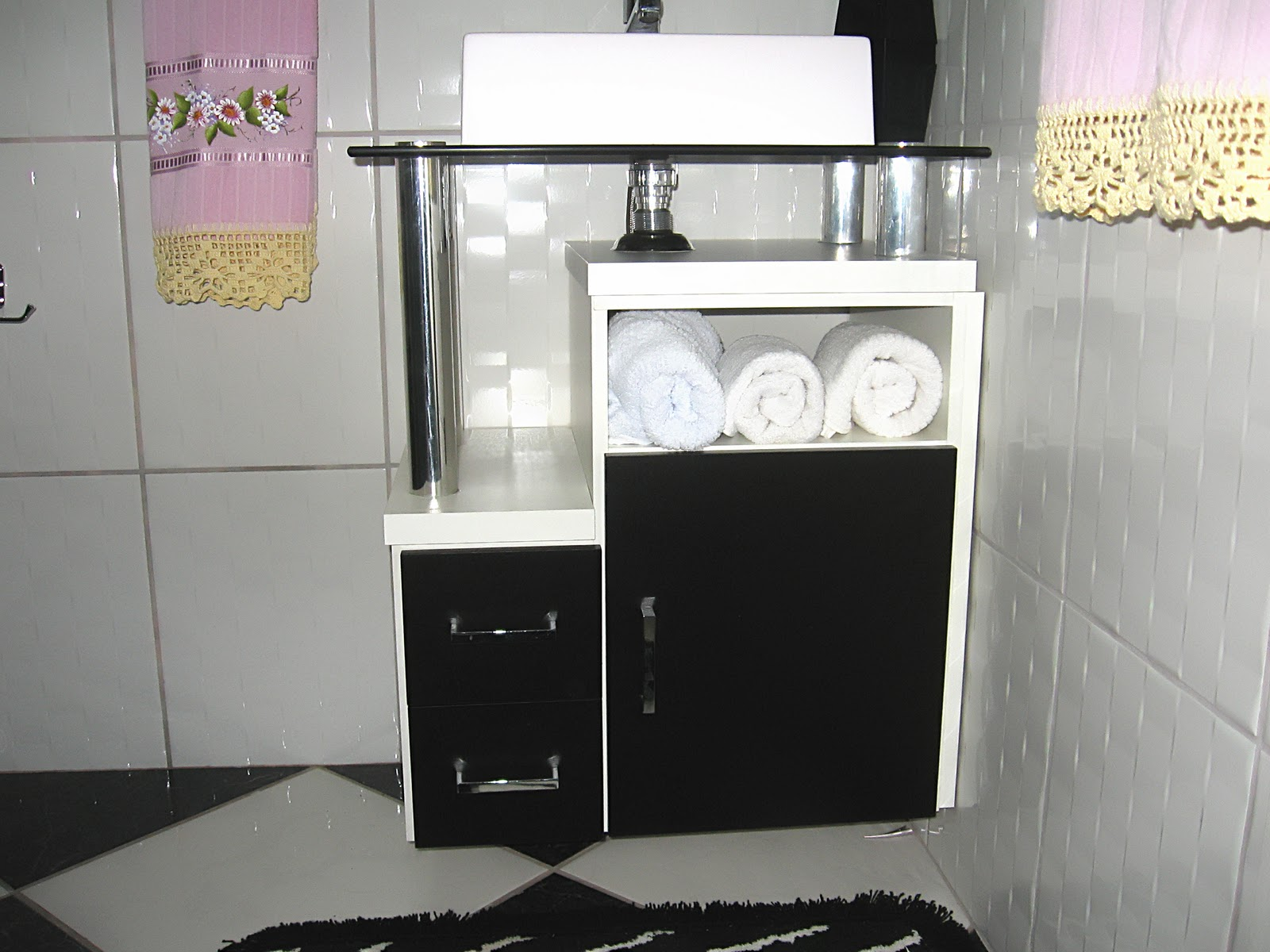 Banheiro em preto e branco com painel e nichos pretos Balcão  #795266 1600x1200 Banheiro Com Banheira Preto E Branco