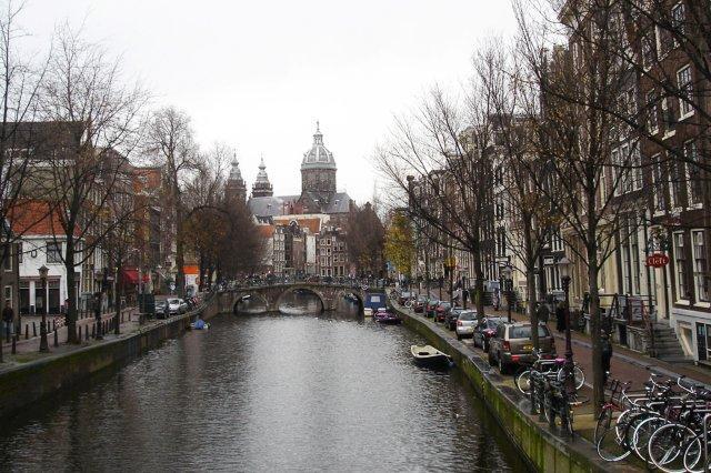 Canal en Amsterdam. Oude Kerk, Iglesia Antigua al fondo