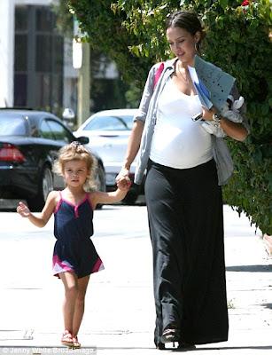 Jessica Alba encourages pregnant
