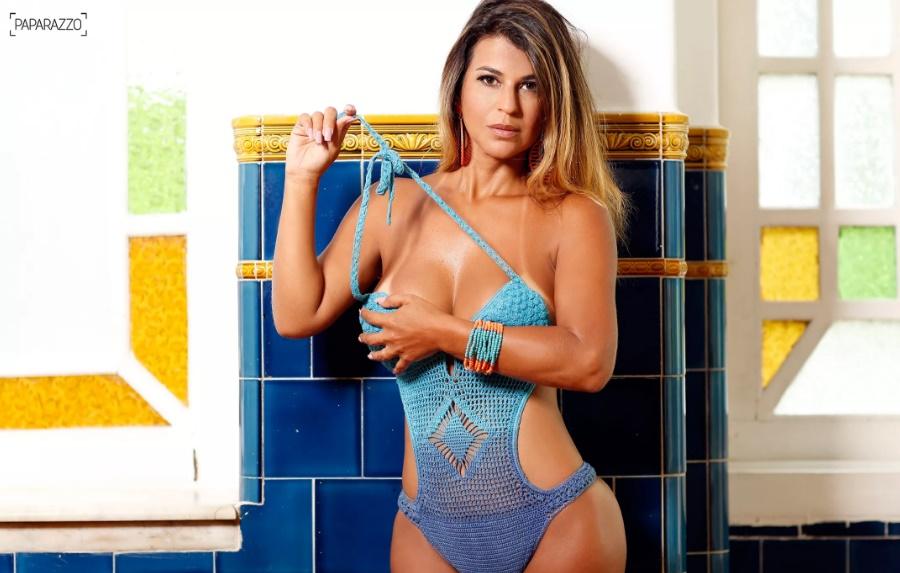 Mulher de Tiririca, Nana Magalhães faz ensaio sensual ao Paparazzo