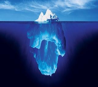 [punta di un iceberg nell'acqua]