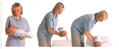رفع طفلتك وهي مستلقية علي جانبها
