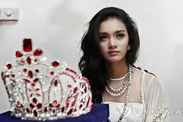 Miss Myanmar con la corona robada en Corea
