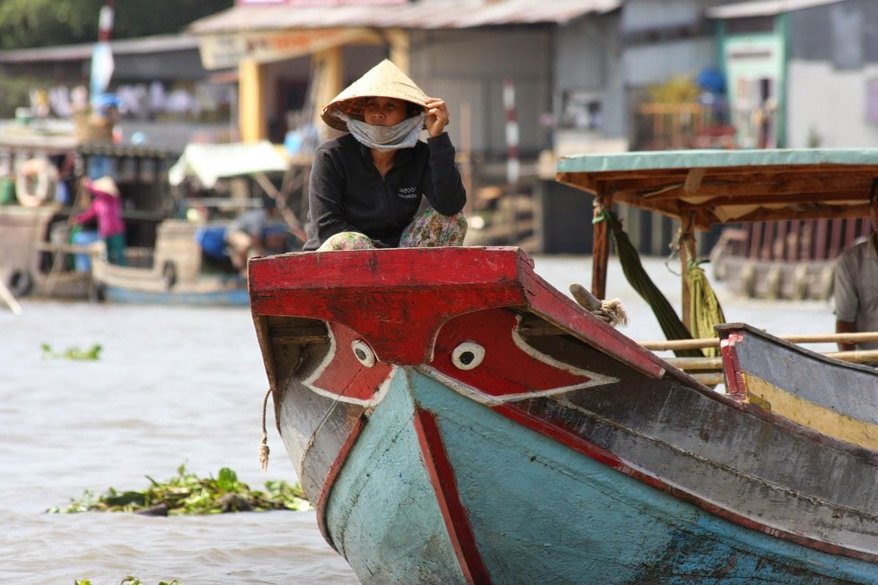 Asia sudoriental - un vietnamista navegando en el rio