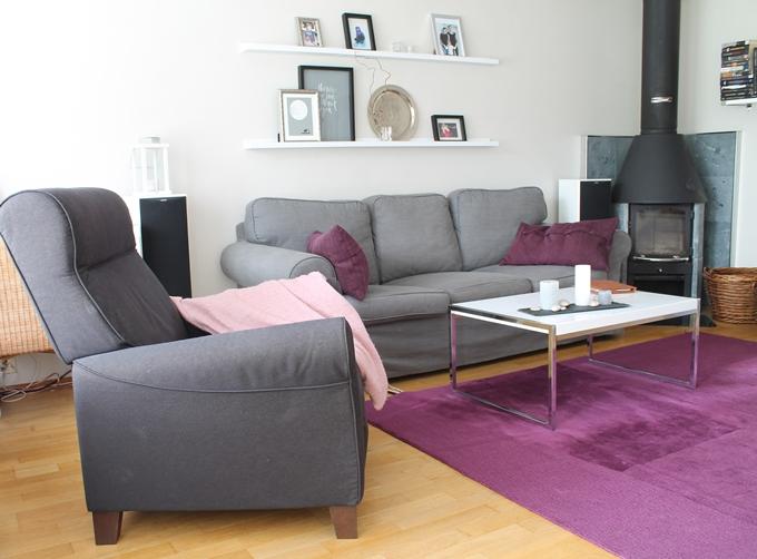 skandinaavinen olohuone ikea ektorp sohva pieni varaava takka kamiina