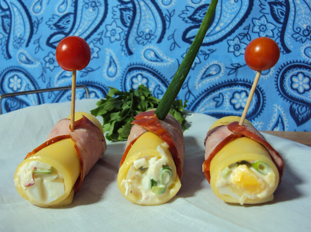 Imprezowe roladki faszerowane pastą jajeczną owinięe serem i kiełbasą