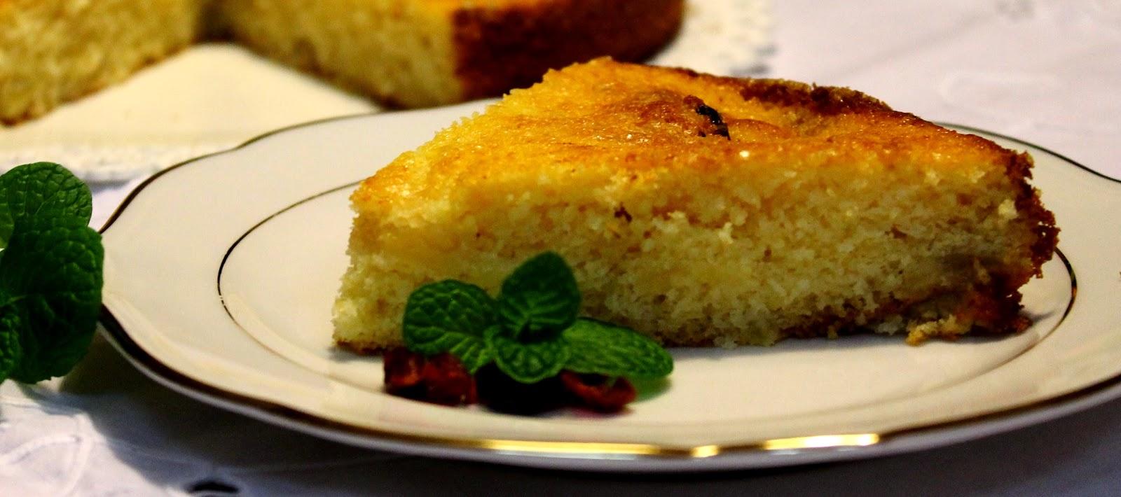 Torta all'ananas caramellata con cocco e menta