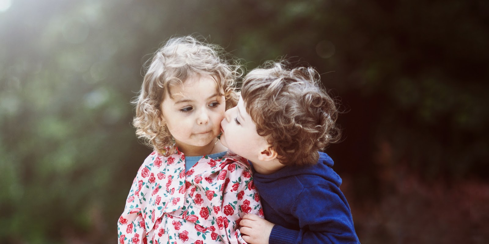 Gambar lucu dan romantis bayi-bayi berciuman