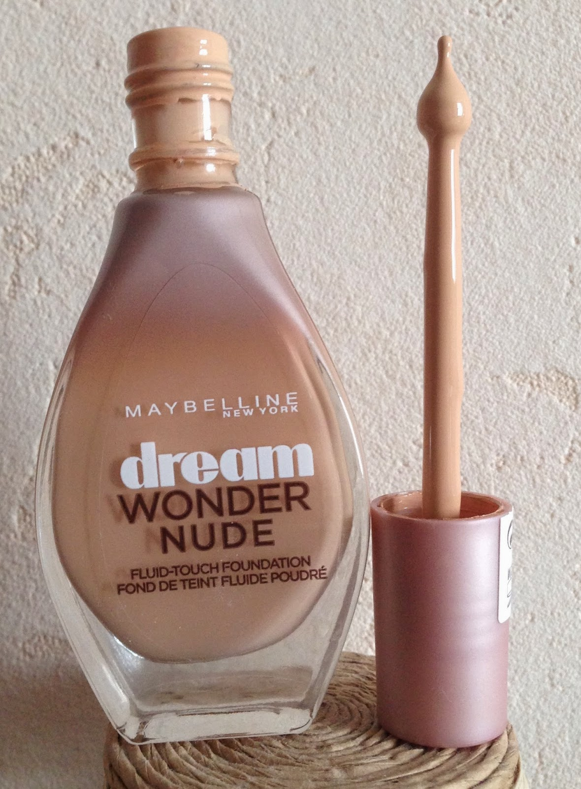 Flacon et applicateur du fond de teint drean wonder nude de chez Maybelline