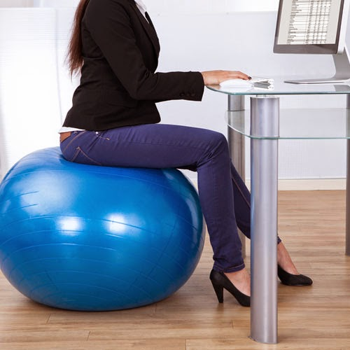 duduk tegak atas bola senaman