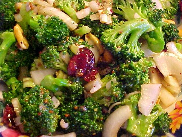 Salade de brocoli, de canneberges et de noix de cajou