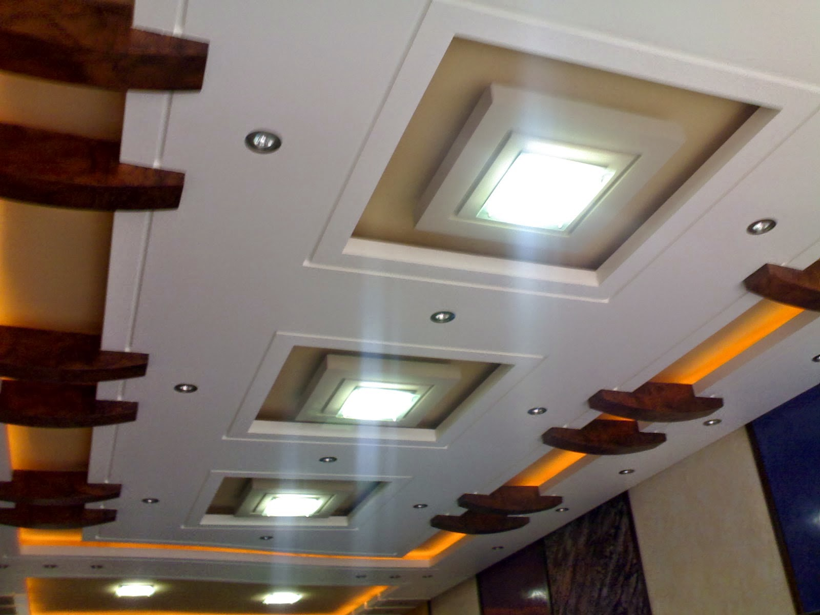 Plafond moderne platre decoration de plafond awesome for Dicor fou plafond