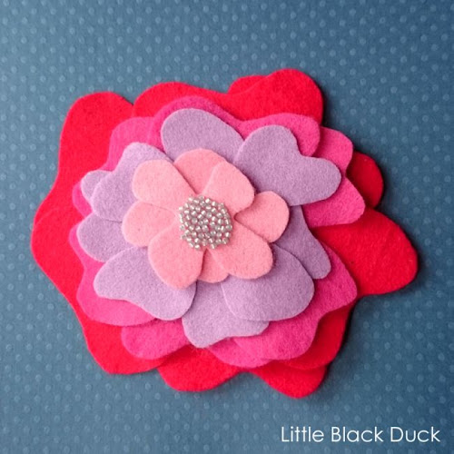 http://littleblackduck.co.uk/fabulous-felt-flower-brooch-free-tutorial/#sthash.mgVB1dh4.dpbs