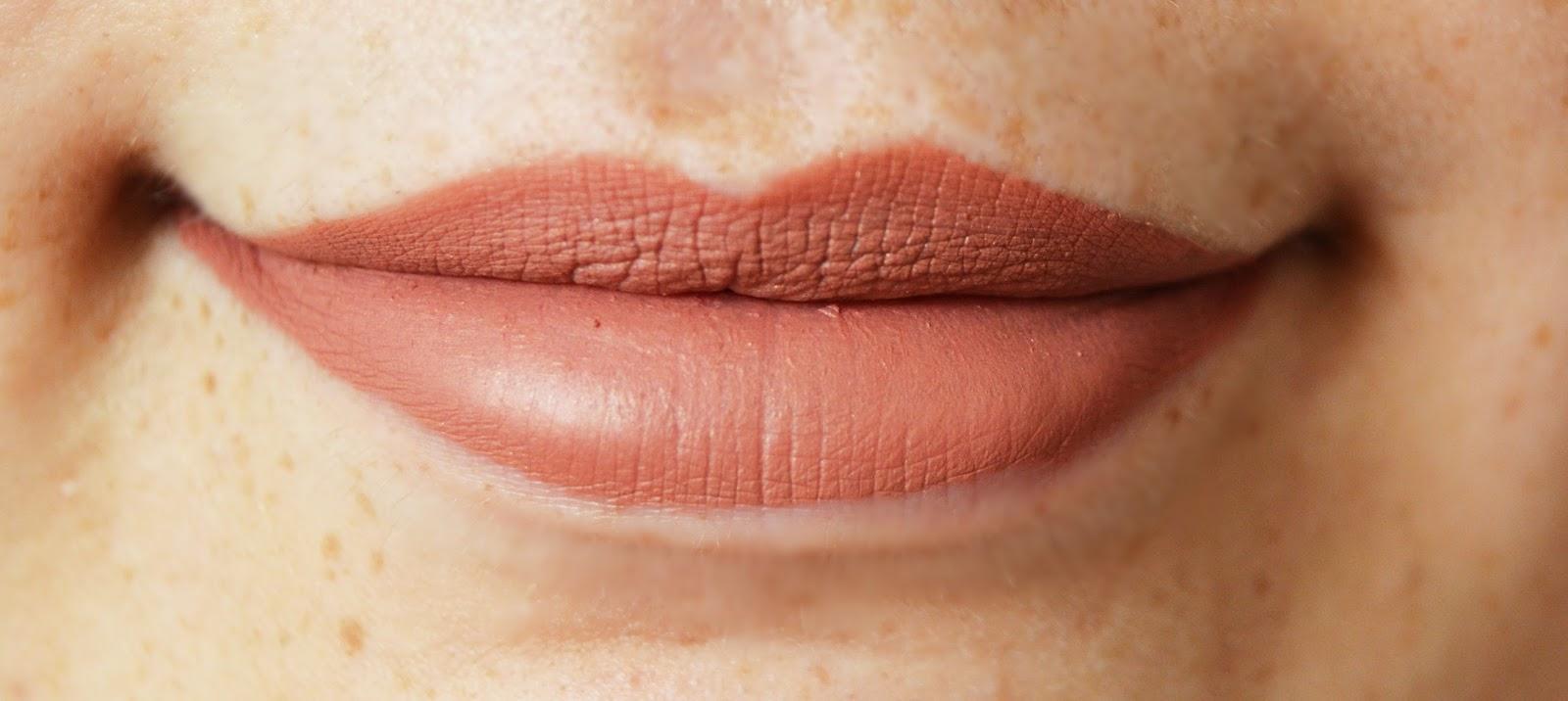 pretty little lawyer sephora cream lip stain en estas fotos vais a poder comprobar la textura que se queda y su pigmentación está claro que los labiales mate pigmentan y duran muchísimo