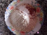 Mezclando la harina, la canela y la levadura