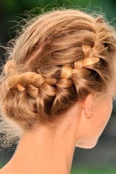 las trenzas tambin se pueden llevar en un recogido e incluso en un moo si quieres un peinado de novia un poco ms clsico