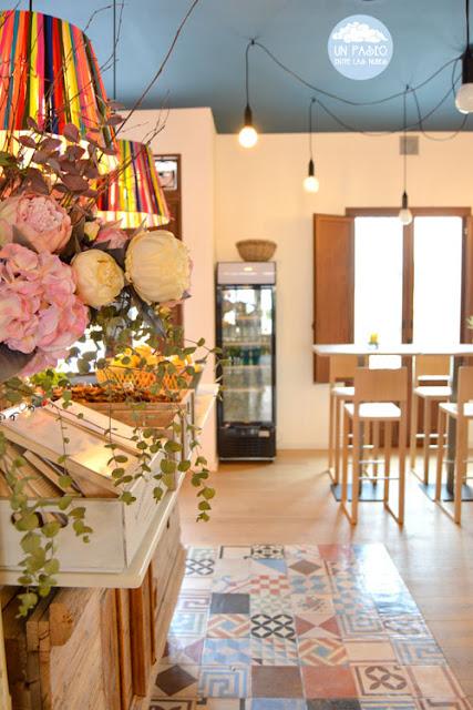Suelo hidráulico y flores en Can Luca