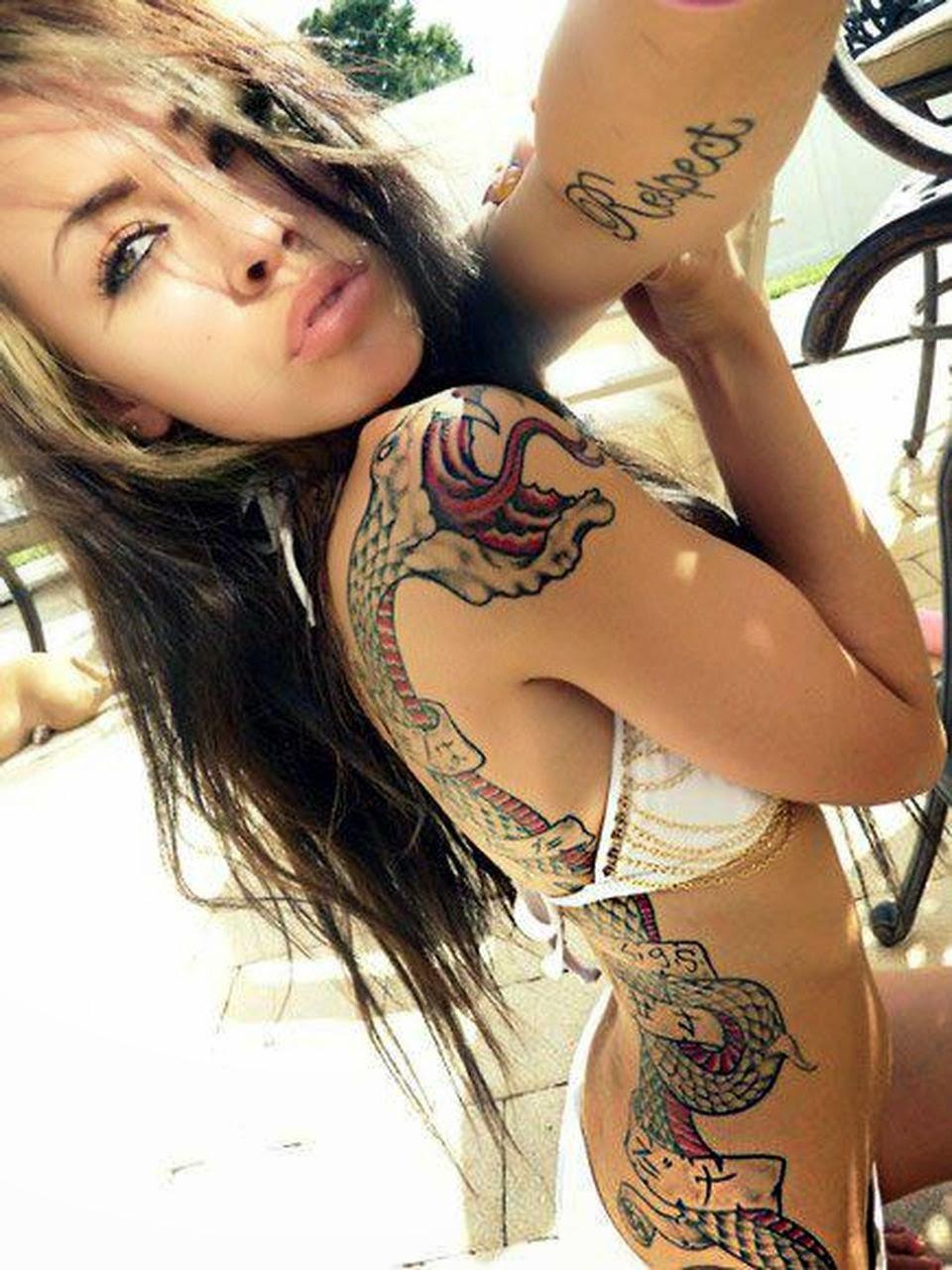 Большое фото девушка с татуировкой