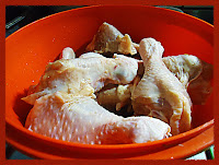 Limpando a coxa de frango