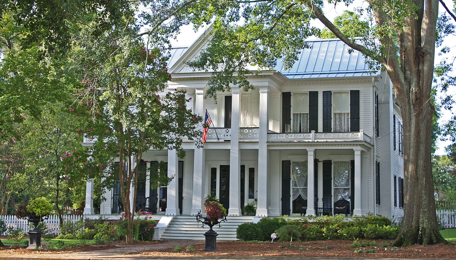 Southern lagniappe curb appeal southern style for Southern house