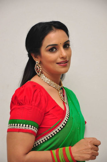 Shweta Menon looks beautiful in Green Saree and Red Blouse