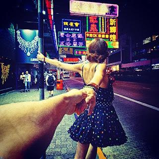 novia arrastrando del brazo a su novio fotógrafo