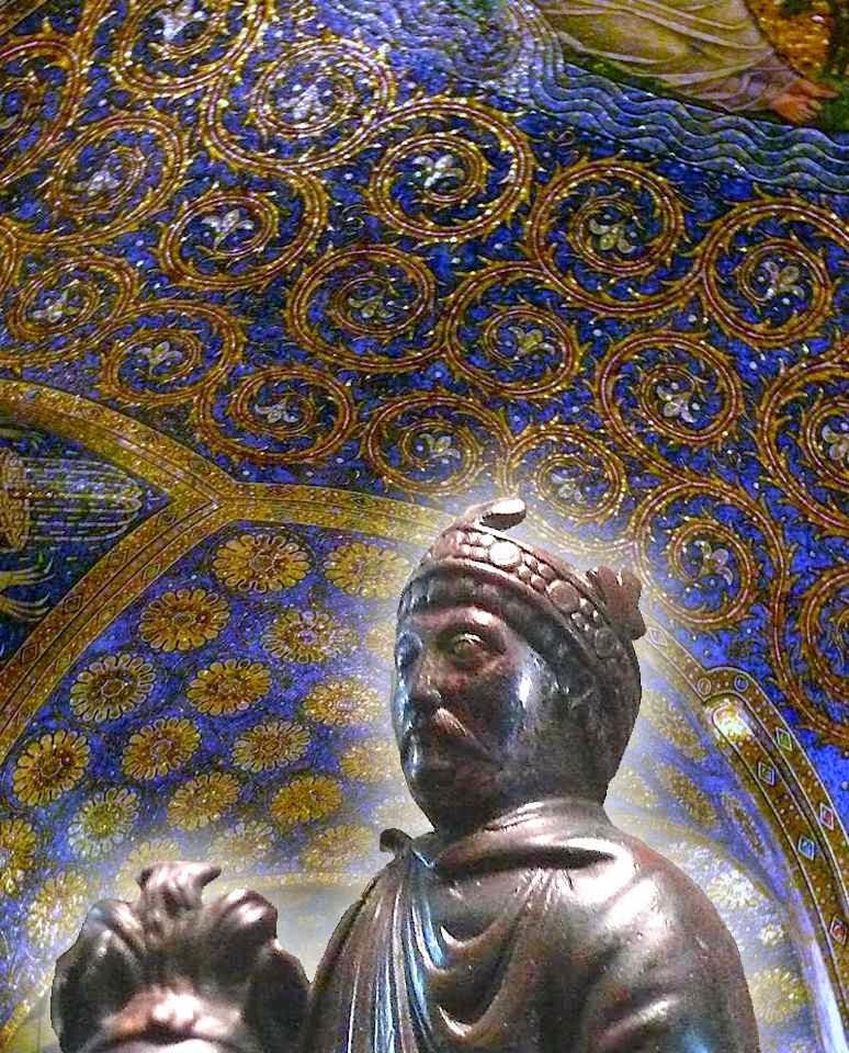 Estatueta de Carlos Magno no Museu do Louvre (detalhe) Fundo: abóboda da catedral de Aachen.