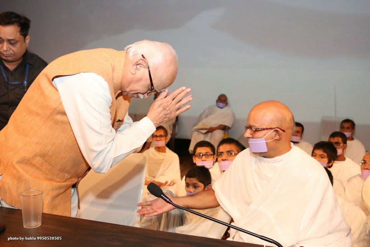 Shri Lalkrishna Advani seeking blessings from H.H. Acharya Mahashramanji