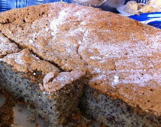 עוגת פרג בחושה עם אגוזים קצוצים