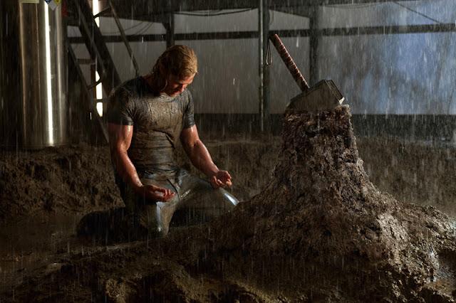 Thor-martillo-clavado-en-la-roca