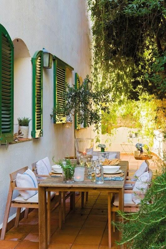 comedor de verano con muchas plantas