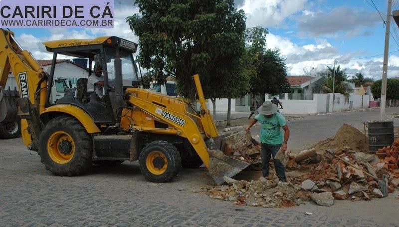 Prefeitura de São Sebastião do Umbuzeiro realiza operação para retirada de entulhos das ruas
