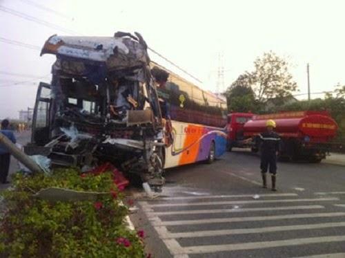 Xe giường nằm biển số Gia Lai đụng xe tải, nhiều hành khách nguy kịch