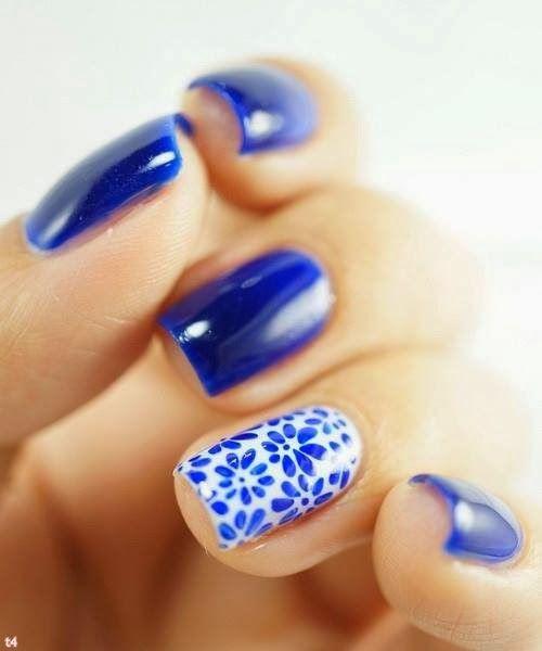 unhas azuis com película de flor - nail art