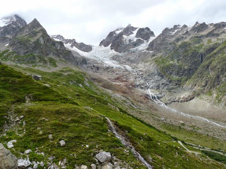 ツール・ド・モンブラン エリザベッタ小屋から急な坂を下り、コンバル湖へ